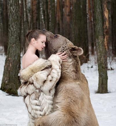 Modella con orso